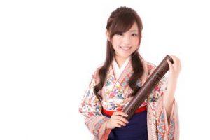卒業式に袴を着た女性